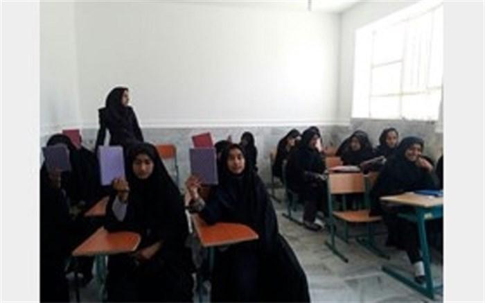 معلم 29 ساله بلوچ انگیزه از دست رفته دختران بازمانده از تحصیل زادگاهش را به آنها بازگرداند