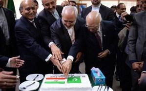 کیک 70 سالگی روابط ایران و پاکستان با حضور ظریف در اسلام آباد برش خورد + تصویر