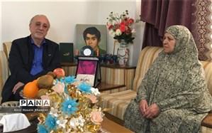 استاندار البرز با خانواده شهید پناهی دیدار کرد