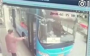 اقدام ناجوانمردانه راننده اتوبوس با یک پیرمرد!