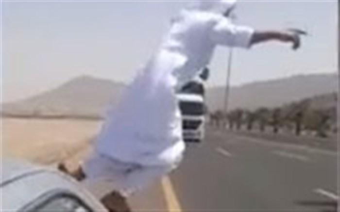 اقدام دیوانهوار پسر جوان در مقابل تریلی ۱۸چرخ!