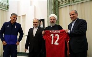 دیدار اعضا تیم ملی فوتبال ایران با رئیس جمهوری؛ پیراهن شماره 12 تیم ملی به حسن روحانی رسید